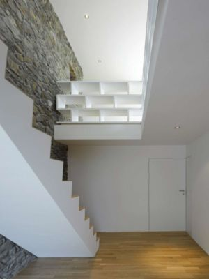 escalier étage - House-transformation par clavienrossier architects - Suisse