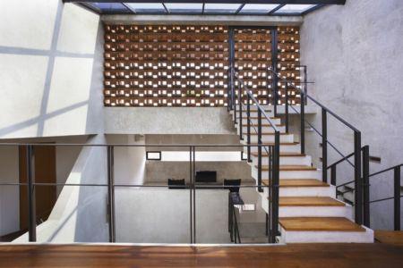 escalier accès étage - Breathing House par Atelier Riri - Kota Tangerang Selatan, Indonésie