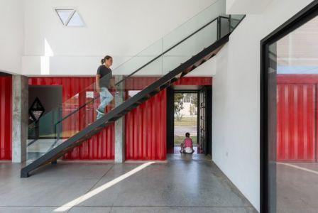 escalier accès étage - Container House par Schreibe Architect - Cordoba, Argentine.jpg
