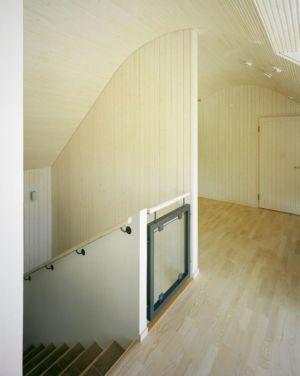 escalier accès étage - House Ulve par Oopera - Seinäjoki, Finlande
