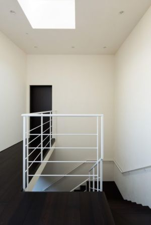 escalier accès étage - Ishikiri House par Sugawaradaisuke - Osaka, Japon