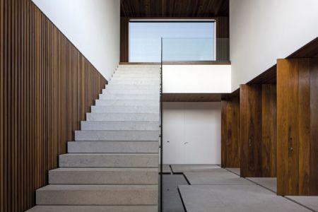 escalier accès étage - maison bois contemporaine par Jacobsen Arquitetura - Porto Feliz, Brésil