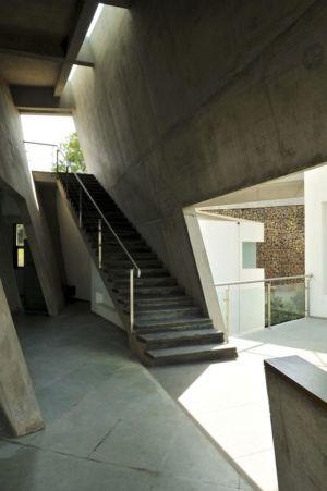 escalier accès étage supérieur - Alibaug-House par Malik Architecture - Maharashtra, Inde