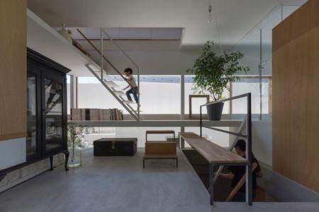 escalier accès étage supérieur - House-Toyonaka par Tato Architects - Toyonaka, Japon