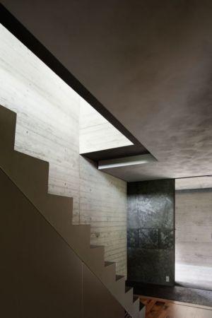 escalier accès deuxième étage - maison-urbaine par Artechnic - Japon