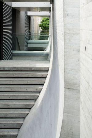 escalier accès second étage - maison-urbaine par Artechnic - Japon