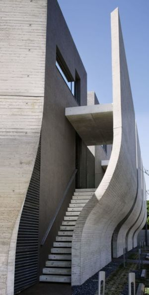 escalier accès toiture étage - maison-urbaine par Artechnic - Japon