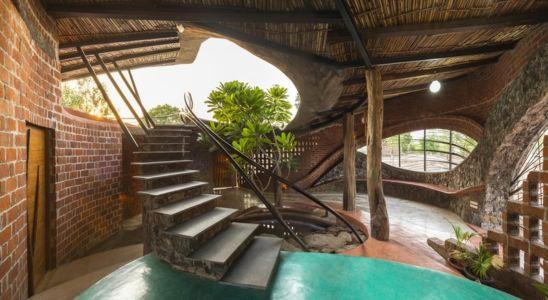 escalier accès toiture terrasse - Brick House par iStudio architecture - Wada, Inde
