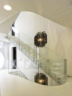 escalier avec balustrade en verre accès étage - o-house par Philippe Stuebi - Lucerne, Suisse