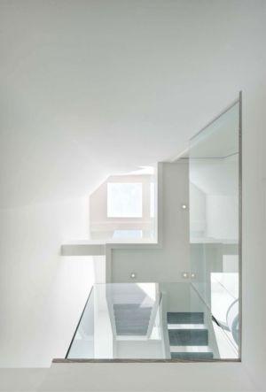 escalier avec balustrade vitrée - Berryman-Street-Residence par AUDAX architecture - Ontario, Canada