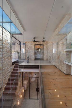 escalier & balcon intérieur - Stone-House par Henkin Shavit Architecture & Design - Safed, Israël