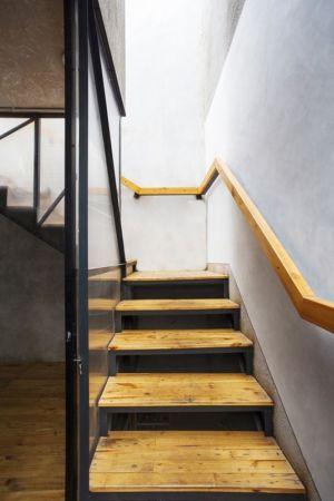 escalier & balustrade bois - Container-Urban par Atelier Riri - Bekasi, Indonesie