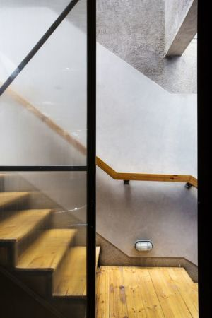 escalier bois - Container-Urban par Atelier Riri - Bekasi, Indonesie