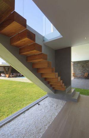 escalier bois - Maison Mar-de-Luz par Oscar Gonzalez Moix - Pérou