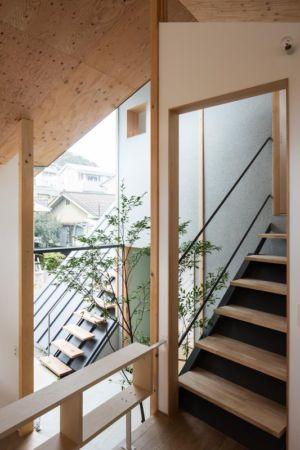 escalier bois accès étage - Eaves-House par Y Plus M Design - Kyoto, Japon