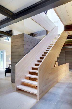escalier bois accès étage - German-Country-House par Reichel Architectes - Allemagne
