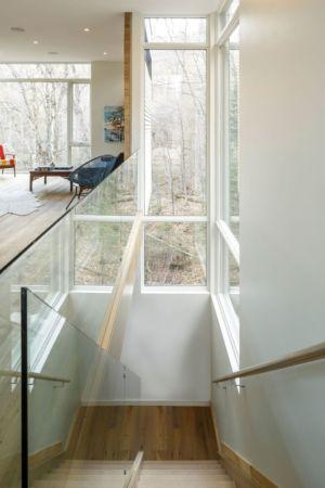 escalier bois accès étage - Holiday-Home-Hangs par Christopher Simmonds Architects - Val-des-Monts, Québec