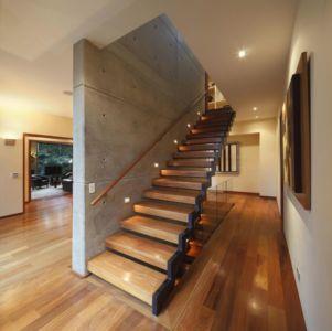 escalier bois accès étage - House-H par Jaime Ortiz Zevallos - Lima, Pérou