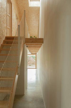 escalier bois accès étage - Individual-Hangar par Gens Association Libérale Architecture, France