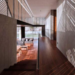escalier bois accès étage - KA-House par IDIN Architects - Pak Chong, Thaïlande