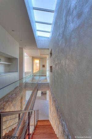 escalier bois accès étage & couloir - Stone House par Whitebox Architectes - Athènes, Grèce