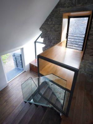 escalier bois accès étage supérieur - White-House par WT-Architecture - Grishipoll, Ecosse