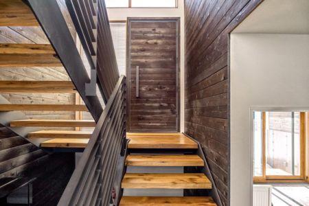 escalier bois accès étage - wood-clad-home par ParkCity Design - Utah, USA