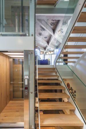 escalier bois accès niveau supérieur - Urban-Eco-House par Tecon Architects - Bucuresti Roumanie