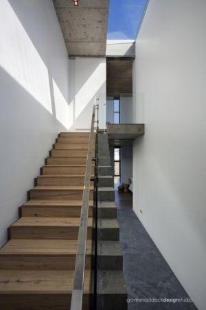 escalier bois béton - Pearl Bay Residence par Gavin Maddock Design Studio - Yzerfontein, Afrique du Sud