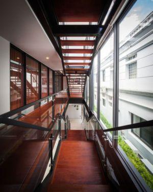 escalier bois & balustrade en verre - Bridge-House par Junsekino Architects And Design - Bangkok, Thaïlande
