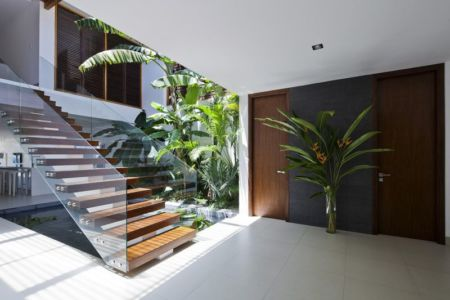 escalier bois & balustrade en verre - sofka par MM++ Architects - Phan Thiet, Vietnam