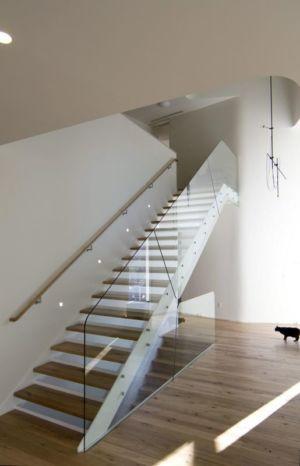escalier bois & balustrrade vitrée - DR_RESIDENCE par SU1 Architects + Design - Connecticut, USA