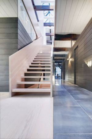 escalier bois & couloir - German-Country-House par Reichel Architectes - Allemagne