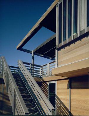 escalier bois extérieur - Fire-Island-House par John Butterworth - New-York, USA