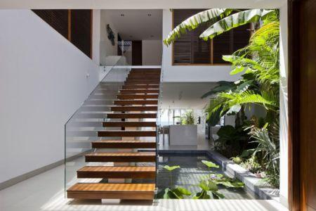 escalier bois accès entrée - sofka par MM++ Architects - Phan Thiet, Vietnam