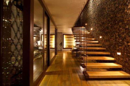 escalier bois suspendu - Nova Lima House par Saraiva associados – Brésil |