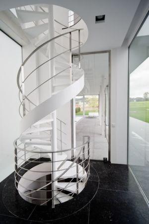 escalier colimaçon design - maison contemporaine par Luc Spits, Belgique