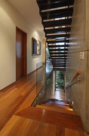 escalier & couloir étage - House-H par Jaime Ortiz Zevallos - Lima, Pérou
