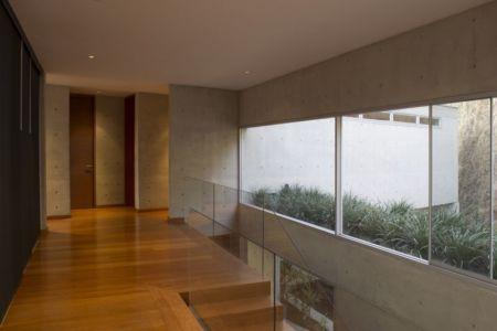escalier & couloir étage - House-Hillside par Benavides & Watmough arquitectos - Santiago, Pérou