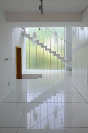 escalier design - Black Cube House par KameleonLab - Pologne