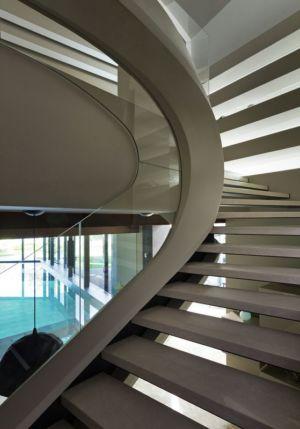 escalier design accès piscine intérieure - House-Kharkiv par Sbm studio - Kharkiv, Ukraine