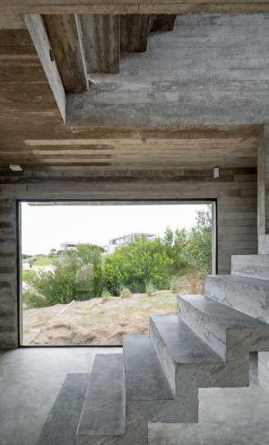 escalier entrée accès étage - House-three-forms par Luciano Kruk - Buenos Aires, Argentine