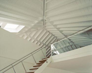 escalier et accès sous charpente - NM House par GEZA Gri et Zucchi Architetti Associati - Tarcento, Italie