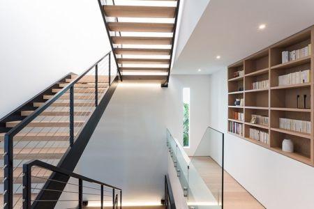 escalier et bibliothèque - Peribere Residence par Max Strang Architecture - Biscayne Bay, Usa