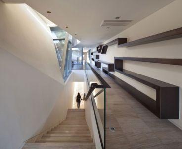 escalier et couloir étage - Maison Rivendell par IDMM Architects - Corée du sud