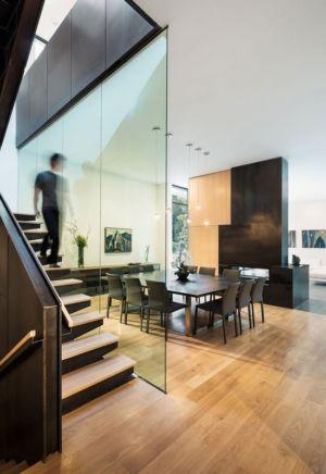 escalier et séjour - Bridge House par Höweler + Yoon Architecture - McLean, Usa