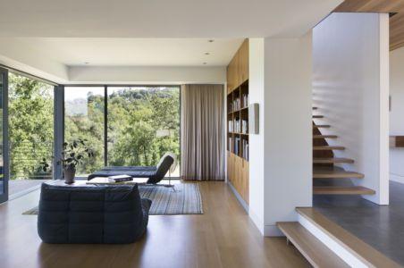 escalier et salon - résidence d'été par Shands Studio Architects - San Anselmo, Usa