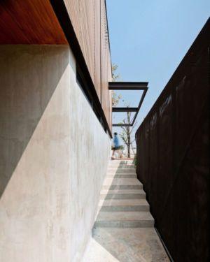escalier extérieur - KA-House par IDIN Architects - Pak Chong, Thaïlande