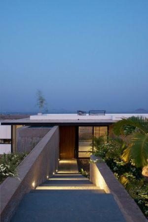 escalier extérieur accès - Deolali House par Spam Design Architects - Deolali, Inde