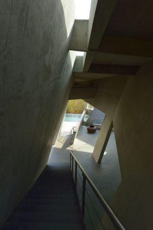 escalier extérieur accès terrasse - Alibaug-House par Malik Architecture - Maharashtra, Inde
